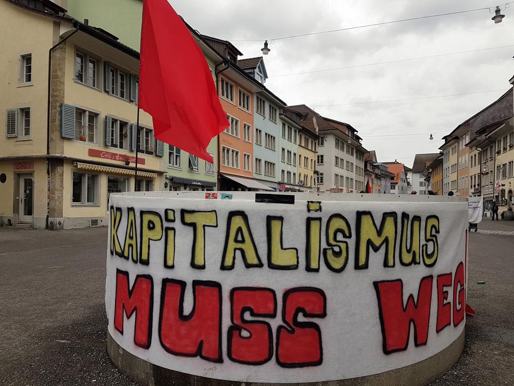 Kapitalismus muss weg. Banner auf einem Steinberggasse-Brunnen